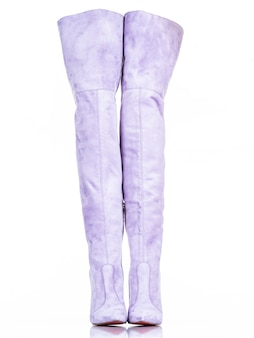 Stivali da donna alla moda isolati su priorità bassa bianca. bellissimi stivali femminili alti viola. lusso.