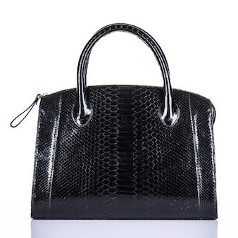 유행 여자의 세련 된 가방 흰색 배경에 고립. 아름다운 검은 고급 가죽 여성 핸드백. 럭셔리 액세서리.