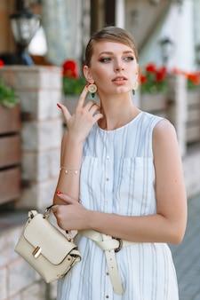 通りを歩いてファッショナブルな女性