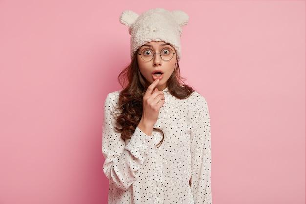 Donna alla moda che indossa un cappello divertente