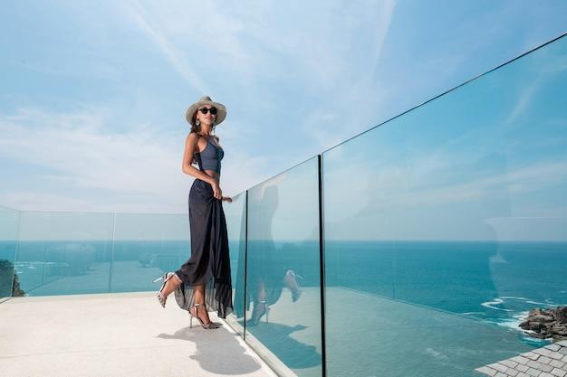 Модная женщина со стильными аксессуарами в шляпе