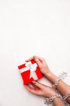 Подарок модных женщин на белой стене.