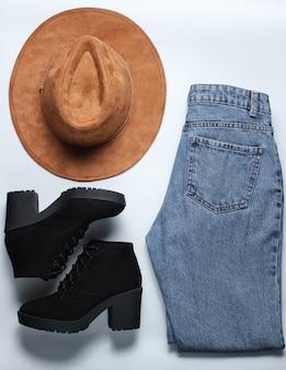おしゃれな婦人服とアクセサリー。ジーンズ、帽子、ブーツ。フラットレイスタイル