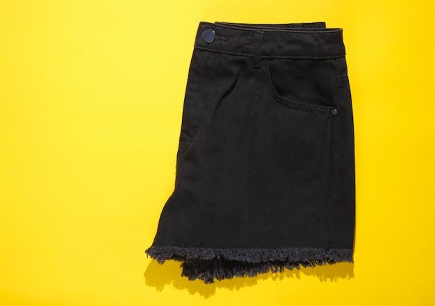 おしゃれな女性のデニムの黒のショートパンツ。上面図