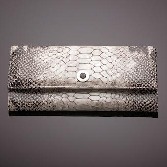 갈색 바탕에 악어 가죽으로 만든 세련된 여성용 지갑