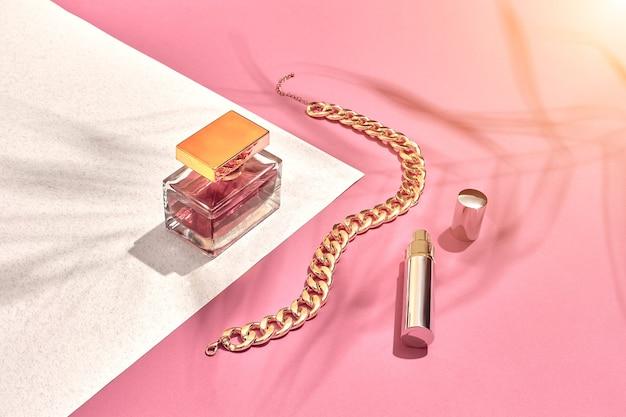 유행 여성 화장품 및 액세서리 플랫 레이 향수 핑크와 흰색 배경 그림자에서 ...