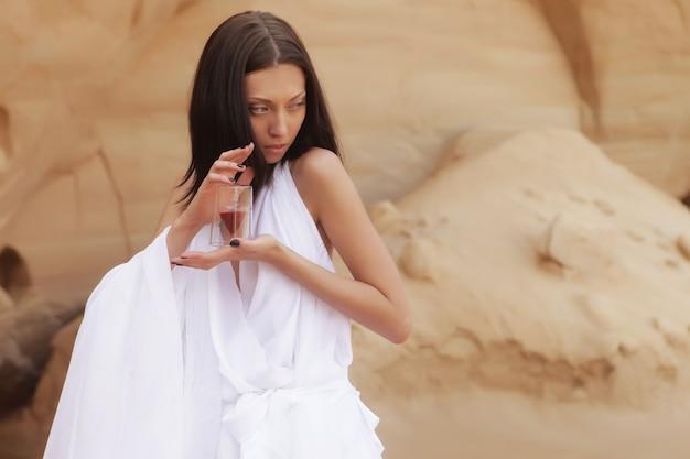 砂漠のファッショナブルな若い魅力的で官能的な女性