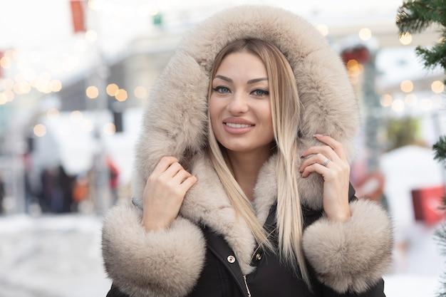 市内のファッションコートでファッショナブルな若いブロンドの女性。