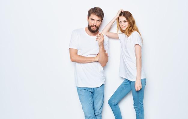 白いtシャツとジーンズのモックアップデザインのファッショナブルな若いカップル