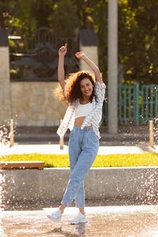 Модная молодая женщина позирует на открытом воздухе