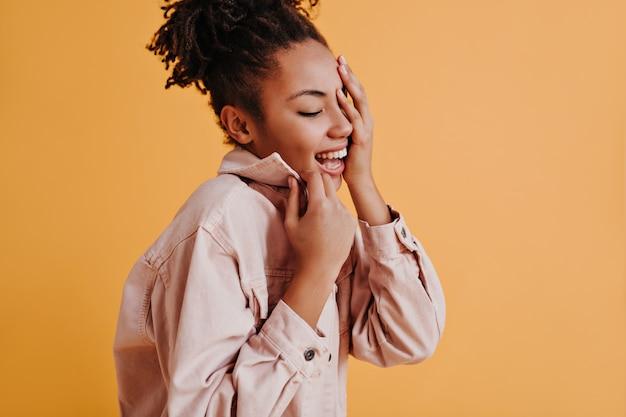 Модная молодая женщина позирует с закрытыми глазами