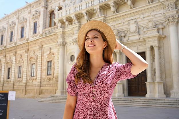 ヨーロッパの文化ツアーでイタリアのレッチェの街を訪れるファッショナブルな若い女性