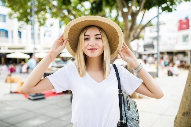 Модно одетая женщина на улице маленького итальянского городка