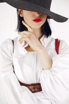 ファッショニスタの女の子。白い背景の女性。おしゃれなお嬢様。