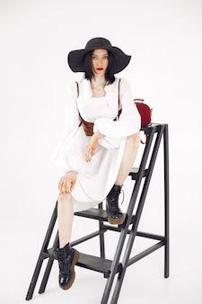 Ragazza fashionista. donna su sfondo bianco. signora alla moda.