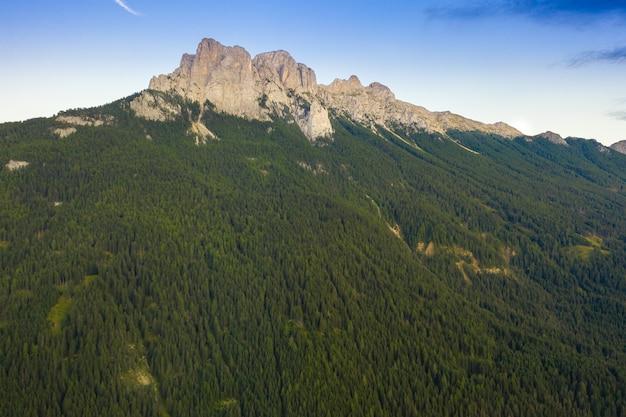 Воздушный панорамный взгляд доломитов альпов, долины fassa, италия.