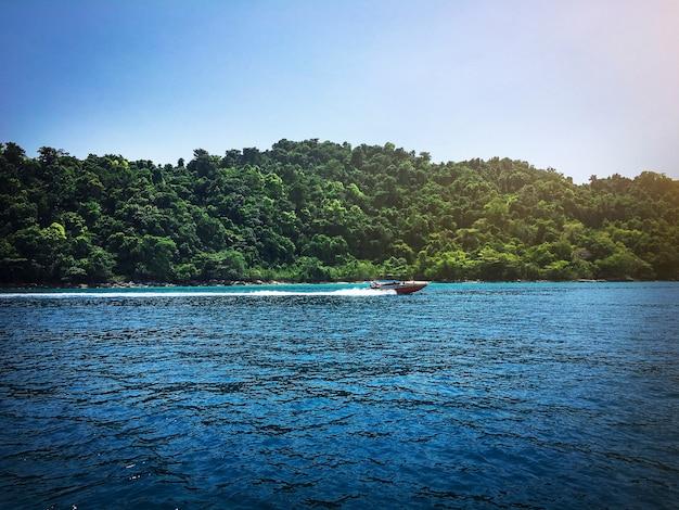 川を航行する高速ボート