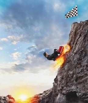 車を持った速い実業家が旗に到達するために山に登る。ビジネスの成功と競争の概念