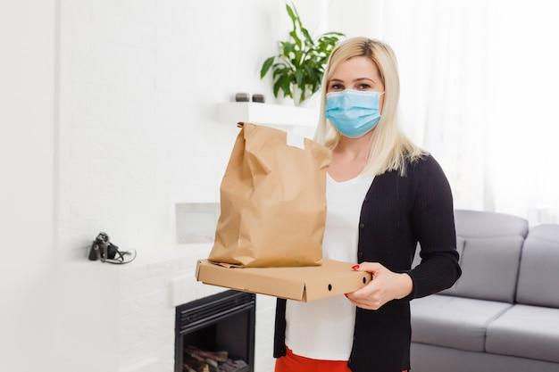 Менеджер службы быстрой доставки доставляет посылку клиентке-женщине