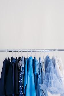 Быстрая мода устойчивая мода минималистичный гардероб разнообразная женская синяя одежда на вешалке