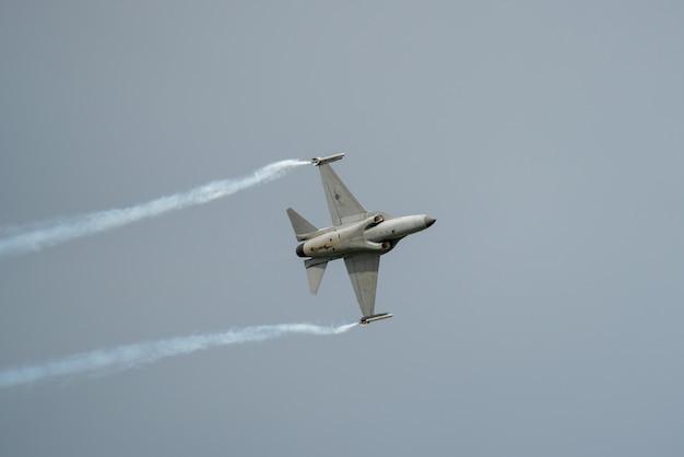 Fast-flying fighter jet