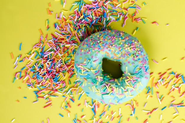 カロリーたっぷりのファーストフードとデザート、チョコレートで覆われたフィリングのおいしいドーナツ、生地とフィリングで作られたおいしいドーナツ