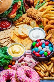 Ассортимент быстрого питания. концепция нездоровой пищи. нездоровая пища для сердца, зубов, кожи, фигуры.