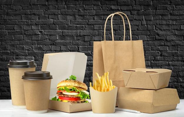 검은 벽돌 벽 배경에 설정된 패스트 푸드 큰 점심 포장