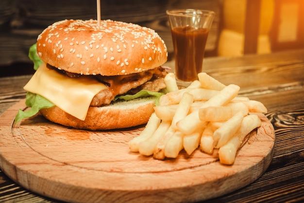 Быстрое питание. бургер и картофель.