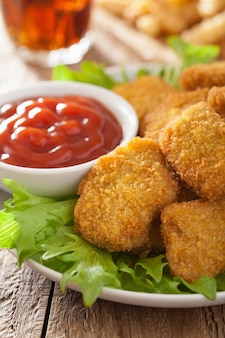 Фаст-фуд куриные наггетсы с кетчупом, картофелем фри, колой