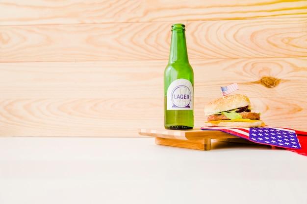 Concetto di fast food con birra e hamburguer