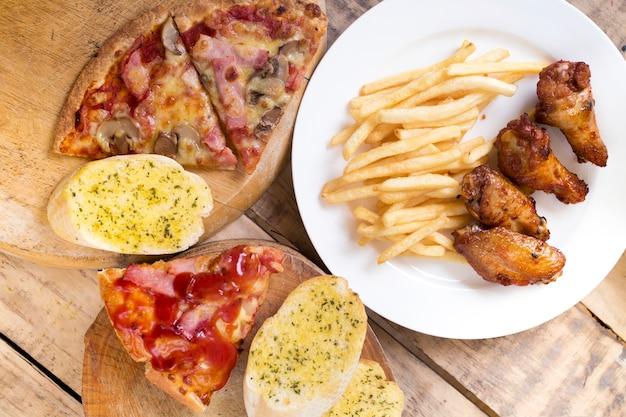 ファーストフード、クリスピーチキンウイング、パン、フレンチフライ、ピザ