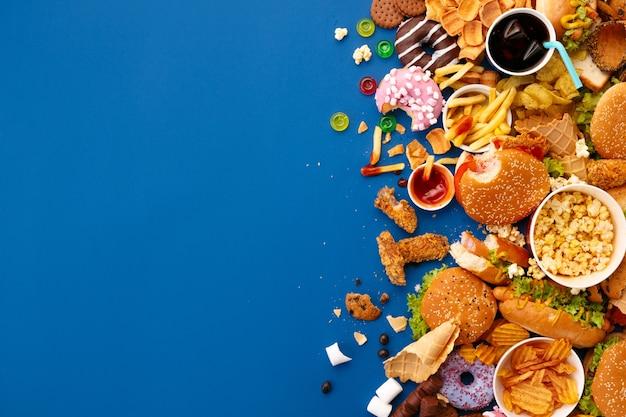 Piatto di fast food sull'azzurro