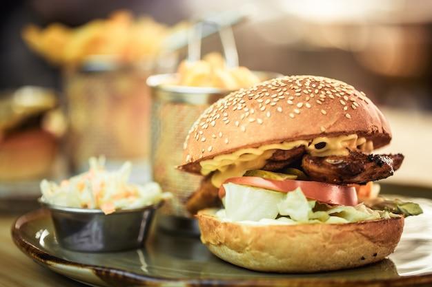 ファーストフード、カフェでサンドイッチとフライドポテト