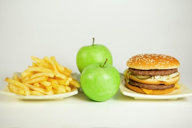 ファーストフードまたはビタミン不健康で健康的な食品