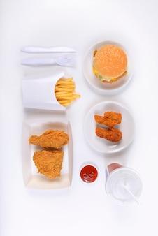 버거, 프라이드 치킨, 감자 튀김 및 청량 음료가 들어간 패스트 푸드 세트