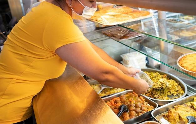 패스트푸드점, 음식을 서빙하는 여성
