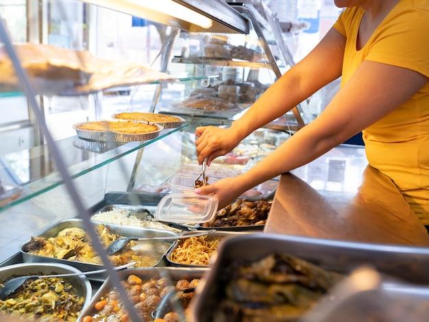 Магазин быстрого питания, женщина, подающая еду