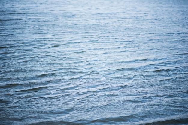 波と波紋パターンの速い川の水