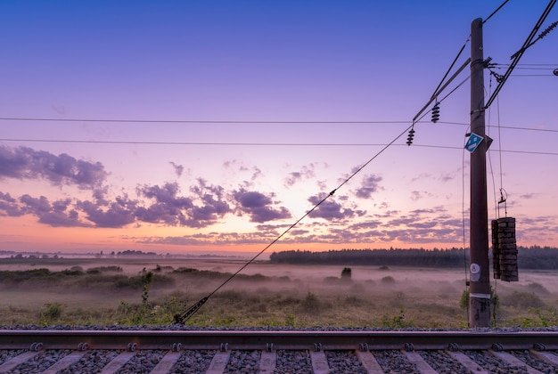 鉄道便の高速交通。日没に向けて。