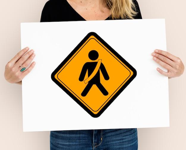Пристегните предупреждающий знак ремня безопасности