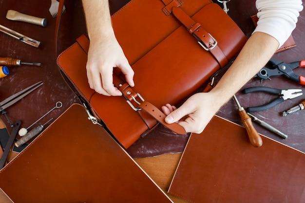 Застежка на пряжку портфеля