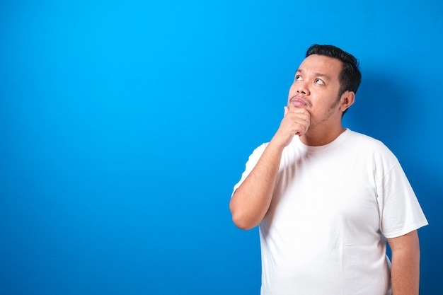 孤立した白いtシャツを着ている太ったアジア人