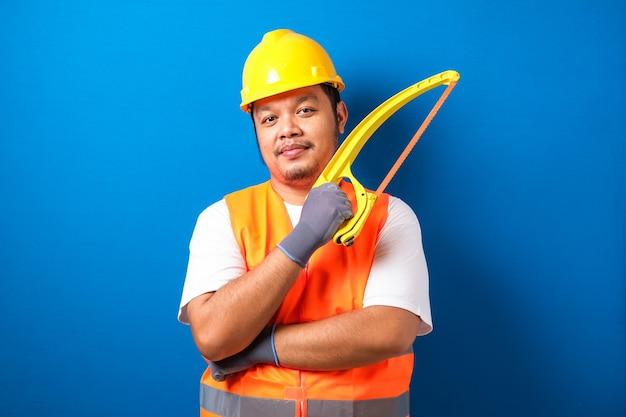 헬멧과 savety 조끼 미소를 입고 뚱뚱한 아시아 남자
