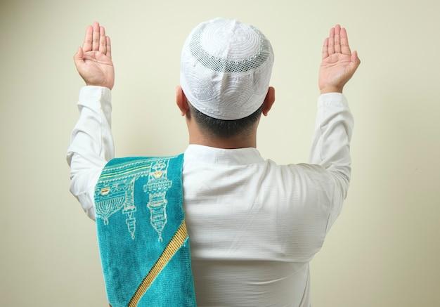 옆에 빈 공간으로 기도하는 뚱뚱한 아시아 이슬람 남자