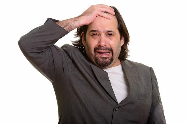 Толстый кавказский бизнесмен плачет на белом