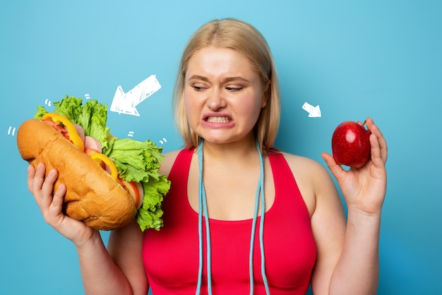 뚱뚱한 여자는 체육관을하고 샌드위치를 먹고 싶어