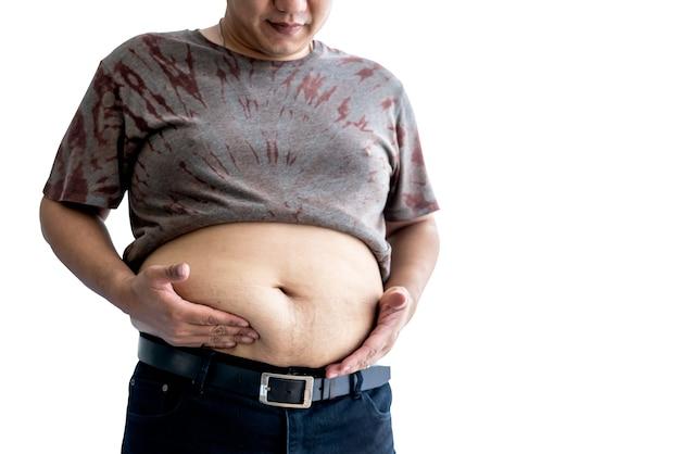Толстяк стоит и использует руки, чтобы удерживать большой живот на белом изолированном фоне