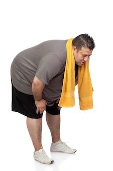 Толстый человек, играющий спорт, изолированных на белом фоне