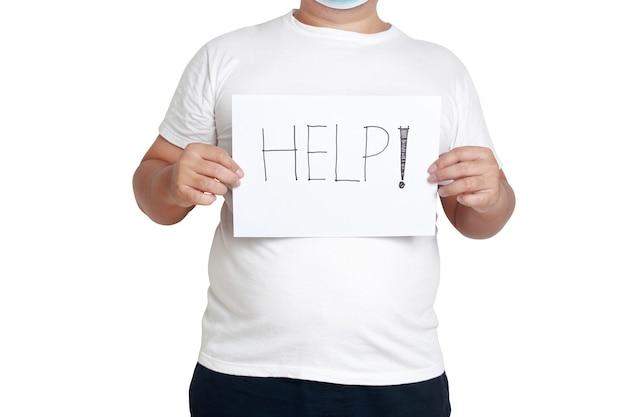 マスクと白い服を着た太った男紙の看板を持って、「助けを求める」という言葉を書いてください。肥満者の健康問題の概念コロナウイルス感染の予防。白色の背景。孤立